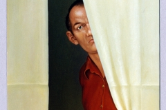 Mann hinter Vorhang